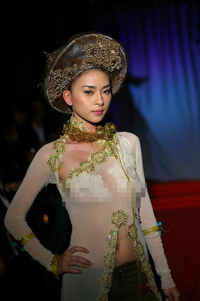 Không chỉ ca sĩ người Mỹ, mỹ nhân Việt cũng từng bị chỉ trích dữ dội vì mặc áo dài phản cảm - Ảnh 3.