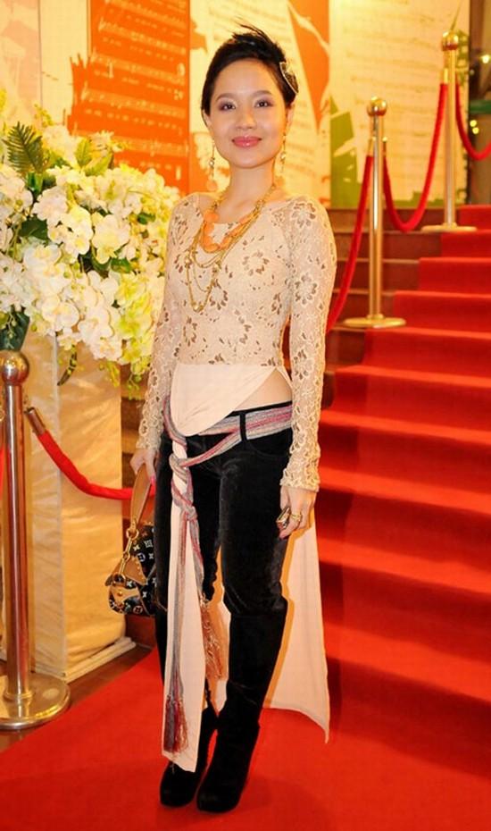 Không chỉ ca sĩ người Mỹ, mỹ nhân Việt cũng từng bị chỉ trích dữ dội vì mặc áo dài phản cảm - Ảnh 7.
