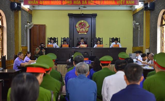Xét xử vụ gian lận điểm thi tại Sơn La:Cựu Giám đốc Sở GD&ĐT vắng mặt, áp giải 6 nhân chứng - Ảnh 2.