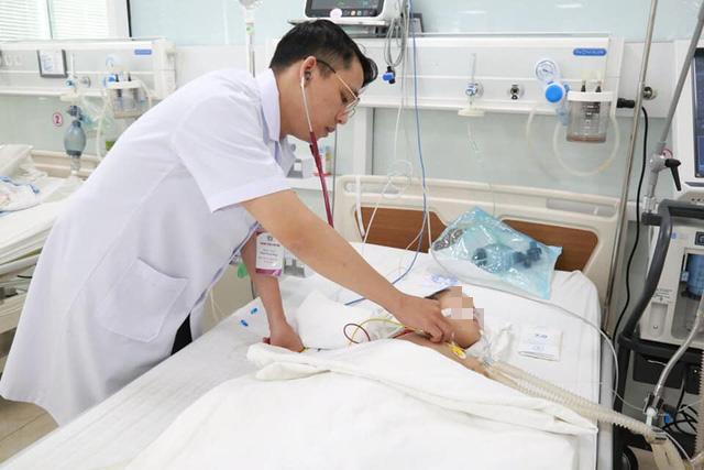 Uống dầu hoả, cô bé 40 tháng tuổi bị Down ngộ độc, viêm phổi nặng  - Ảnh 1.