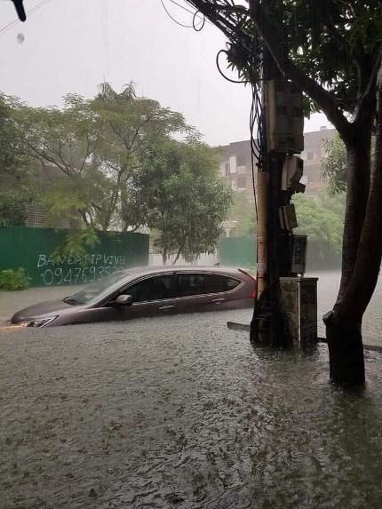 Chùm ảnh trận lụt lịch sử tại TP Vinh - Ảnh 2.