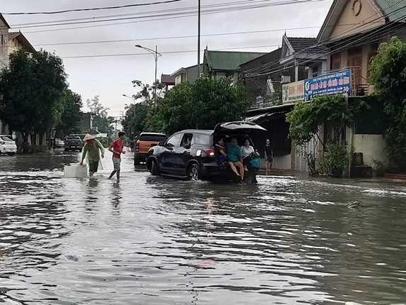 Chùm ảnh trận lụt lịch sử tại TP Vinh - Ảnh 3.