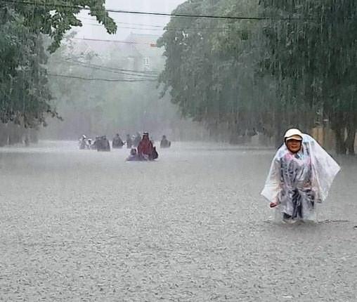Chùm ảnh trận lụt lịch sử tại TP Vinh - Ảnh 9.