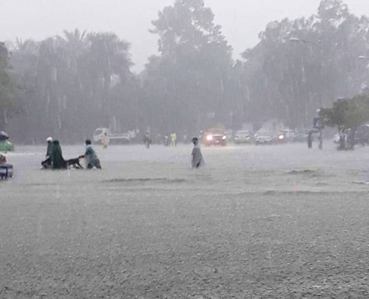 Chùm ảnh trận lụt lịch sử tại TP Vinh - Ảnh 11.