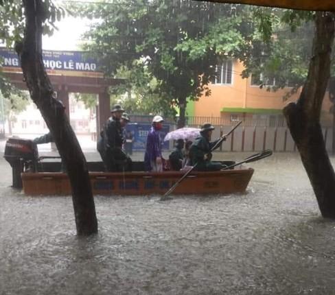 Chùm ảnh trận lụt lịch sử tại TP Vinh - Ảnh 13.