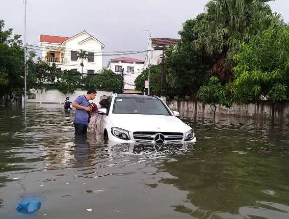 Chùm ảnh trận lụt lịch sử tại TP Vinh - Ảnh 1.