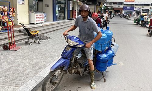 Khan hiếm, loạn giá nước đóng chai tại Hà Nội - Ảnh 2.