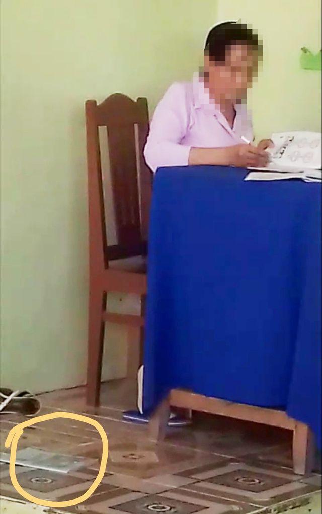 Xôn xao hình ảnh cô giáo chấm bài rồi bỏ vở học sinh xuống nền nhà  - Ảnh 2.