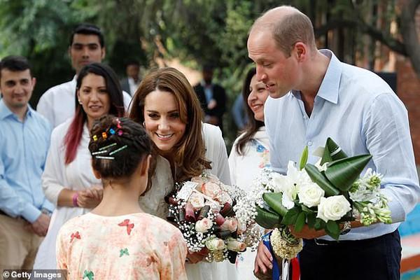 Đã lâu rồi Hoàng tử William mới cười rạng rỡ và nắm tay vợ ngọt ngào như thế này - Ảnh 4.