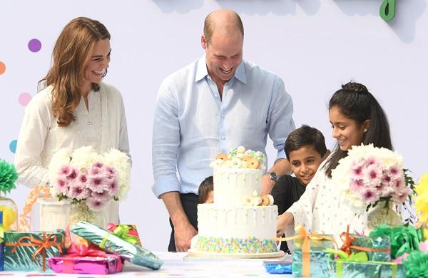 Đã lâu rồi Hoàng tử William mới cười rạng rỡ và nắm tay vợ ngọt ngào như thế này - Ảnh 7.