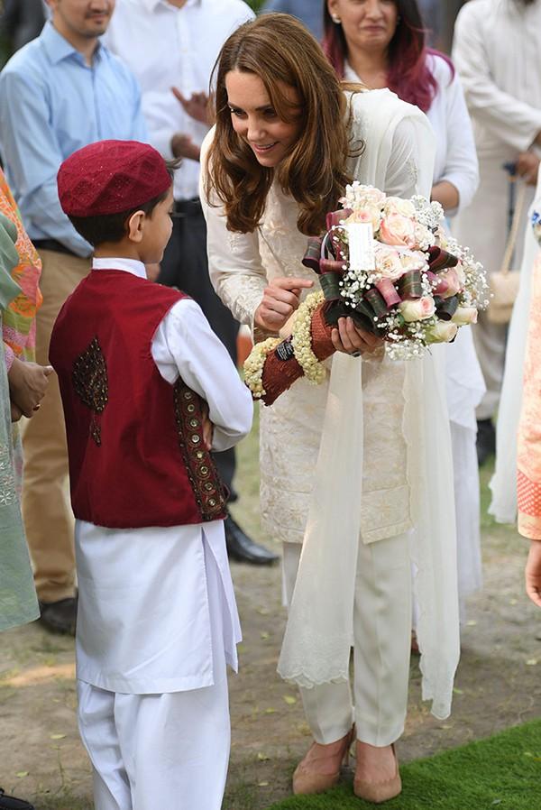 Đã lâu rồi Hoàng tử William mới cười rạng rỡ và nắm tay vợ ngọt ngào như thế này - Ảnh 5.