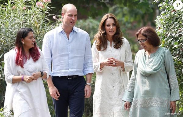 Đã lâu rồi Hoàng tử William mới cười rạng rỡ và nắm tay vợ ngọt ngào như thế này - Ảnh 2.