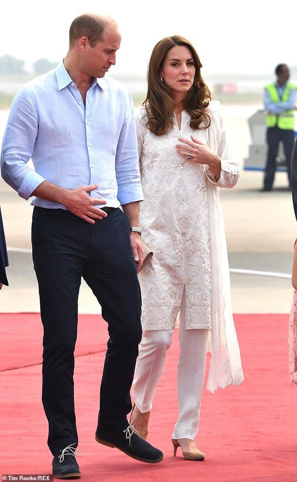 Đã lâu rồi Hoàng tử William mới cười rạng rỡ và nắm tay vợ ngọt ngào như thế này - Ảnh 1.