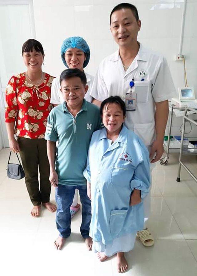 Niềm vui vỡ òa trước cửa phòng sinh của cặp vợ chồng tí hon ở Phú Thọ - Ảnh 2.