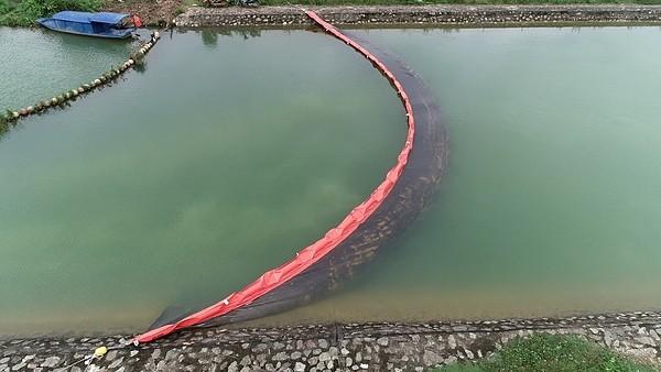 Nhà máy nước sông Đà được lắp màng ngăn dầu  - Ảnh 2.