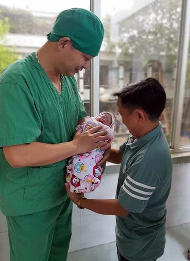Niềm vui vỡ òa trước cửa phòng sinh của cặp vợ chồng tí hon ở Phú Thọ - Ảnh 3.