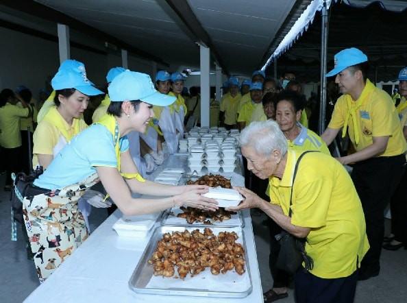 Hoàng hậu Thái Lan xuất hiện tình cảm bên chồng trong khi Hoàng quý phi lẻ loi một mình, đeo tạp dề nấu ăn từ thiện - Ảnh 6.