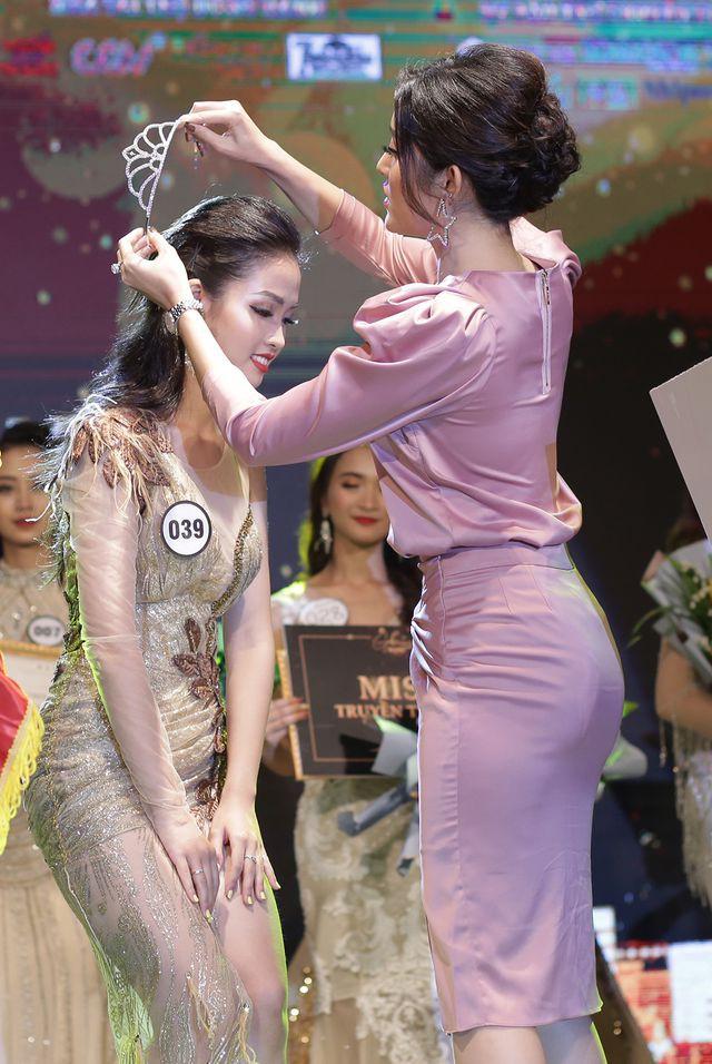 Nữ sinh năm thứ nhất đăng quang Hoa khôi ĐH Hà Nội 2019  - Ảnh 3.