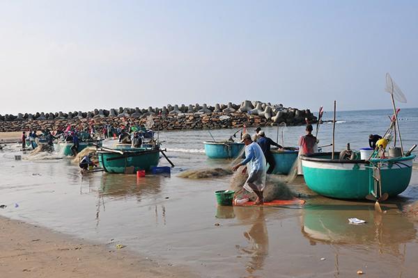 Khám phá làng chài chỉ dùng thuyền thúng để ra khơi - Ảnh 9.