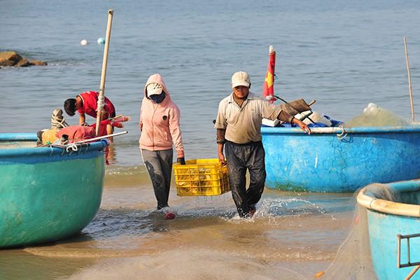 Khám phá làng chài chỉ dùng thuyền thúng để ra khơi - Ảnh 4.