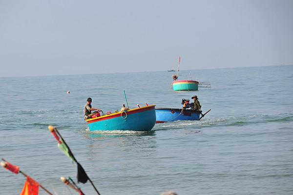 Khám phá làng chài chỉ dùng thuyền thúng để ra khơi - Ảnh 2.
