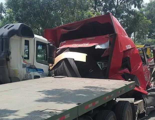 TP.HCM: Cuộn thép hàng chục tấn bị đứt xích lăn đè bẹp dúm xe đầu kéo, 2 người thương vong - Ảnh 1.