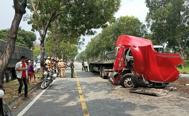TP.HCM: Cuộn thép hàng chục tấn bị đứt xích lăn đè bẹp dúm xe đầu kéo, 2 người thương vong - Ảnh 5.
