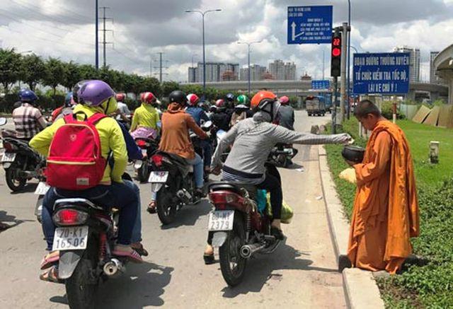 Giấu xe máy sau ống cống, khoác áo nhà sư ra giao lộ… xin tiền  - Ảnh 1.