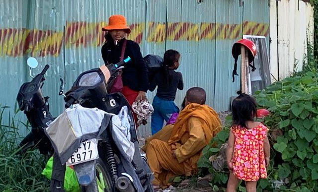Giấu xe máy sau ống cống, khoác áo nhà sư ra giao lộ… xin tiền  - Ảnh 2.