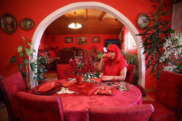 Mục sở thị căn phòng nóng nhức mắt của quý bà U70 mê màu đỏ  - Ảnh 1.