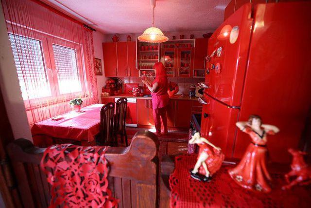 Mục sở thị căn phòng nóng nhức mắt của quý bà U70 mê màu đỏ  - Ảnh 3.