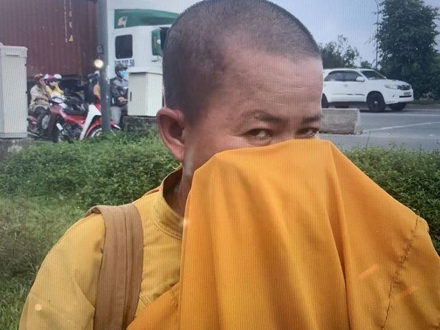 Giấu xe máy sau ống cống, khoác áo nhà sư ra giao lộ… xin tiền  - Ảnh 4.