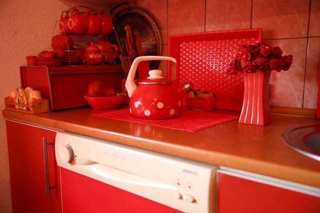 Mục sở thị căn phòng nóng nhức mắt của quý bà U70 mê màu đỏ  - Ảnh 5.