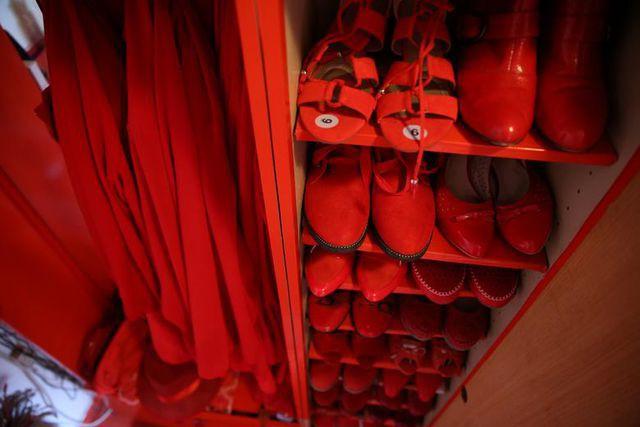 Mục sở thị căn phòng nóng nhức mắt của quý bà U70 mê màu đỏ  - Ảnh 9.