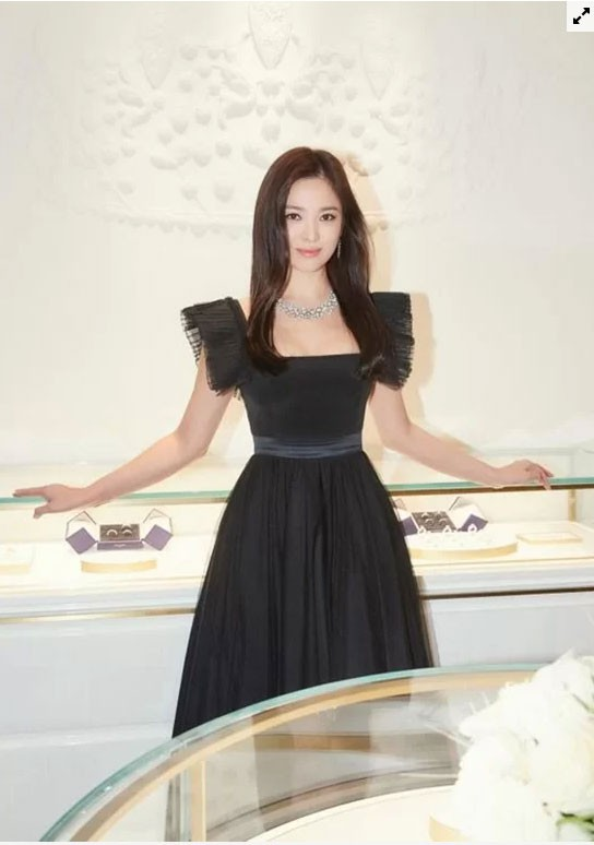 Song Hye Kyo hóa thiên nga đen - Ảnh 1.
