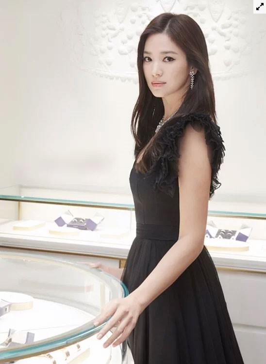 Song Hye Kyo hóa thiên nga đen - Ảnh 2.