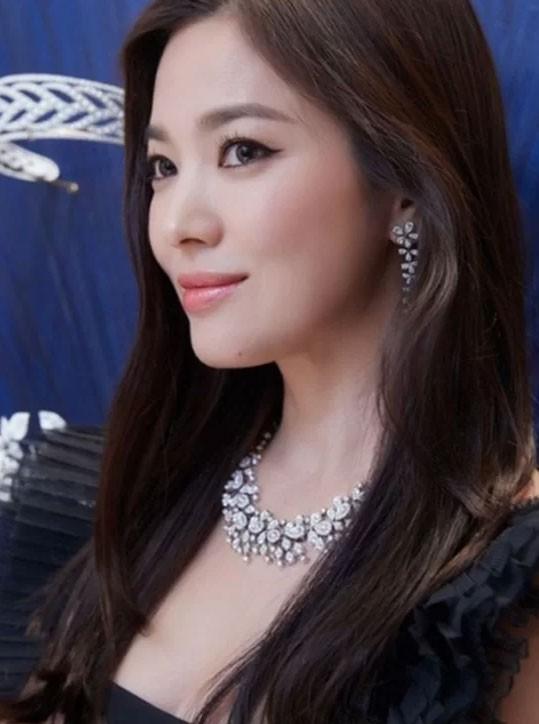 Song Hye Kyo hóa thiên nga đen - Ảnh 4.