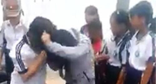 Hai nữ sinh lớp 7 đánh nhau  - Ảnh 1.