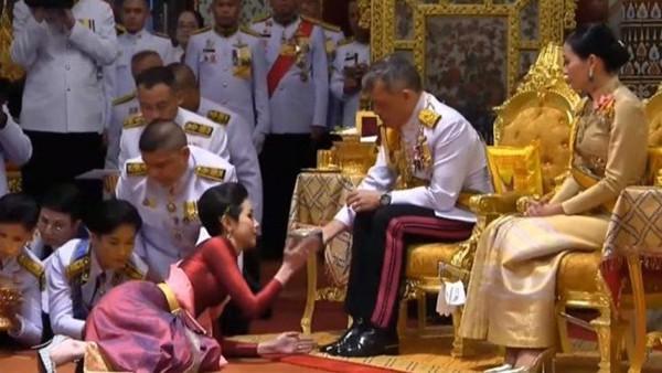 Đây chính là lý do Quốc vương Thái Lan quyết định phế truất tước vị Hoàng quý phi của vợ trẻ - Ảnh 1.
