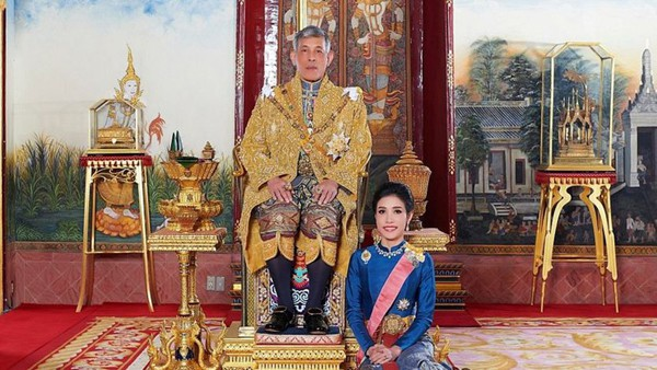 Đây chính là lý do Quốc vương Thái Lan quyết định phế truất tước vị Hoàng quý phi của vợ trẻ - Ảnh 2.