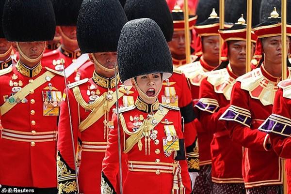 Đây chính là lý do Quốc vương Thái Lan quyết định phế truất tước vị Hoàng quý phi của vợ trẻ - Ảnh 7.