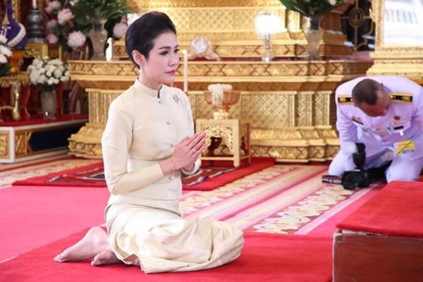 Đây chính là lý do Quốc vương Thái Lan quyết định phế truất tước vị Hoàng quý phi của vợ trẻ - Ảnh 6.