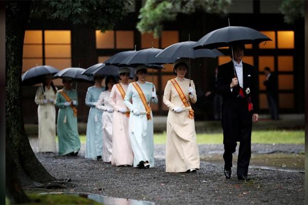 Hé lộ hình ảnh mới nhất của Nhật hoàng và vợ con trước lễ đăng cơ tại đền thiêng - Ảnh 2.