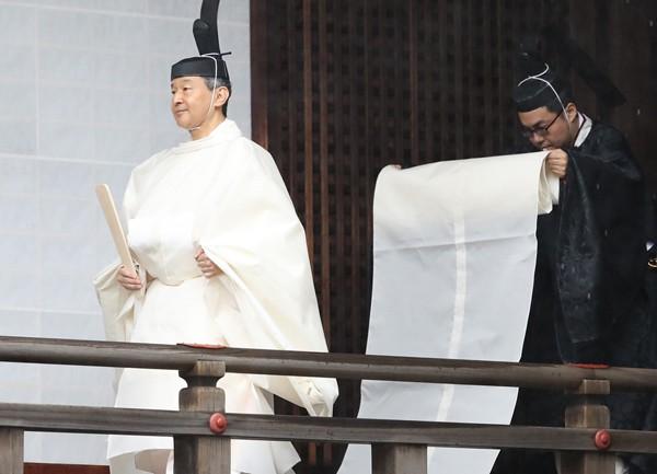 Hé lộ hình ảnh mới nhất của Nhật hoàng và vợ con trước lễ đăng cơ tại đền thiêng - Ảnh 1.