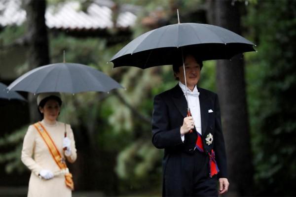 Hé lộ hình ảnh mới nhất của Nhật hoàng và vợ con trước lễ đăng cơ tại đền thiêng - Ảnh 3.