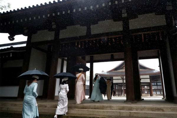 Hé lộ hình ảnh mới nhất của Nhật hoàng và vợ con trước lễ đăng cơ tại đền thiêng - Ảnh 4.