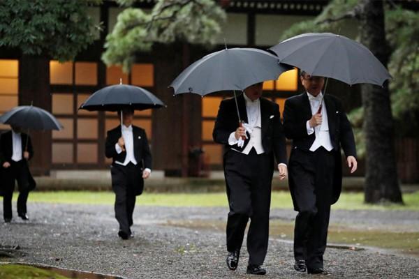 Hé lộ hình ảnh mới nhất của Nhật hoàng và vợ con trước lễ đăng cơ tại đền thiêng - Ảnh 5.