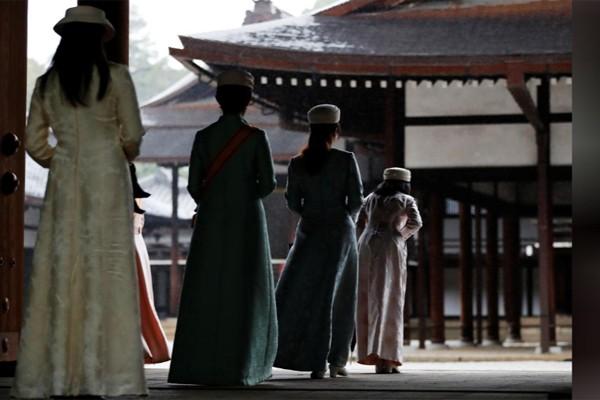 Hé lộ hình ảnh mới nhất của Nhật hoàng và vợ con trước lễ đăng cơ tại đền thiêng - Ảnh 6.