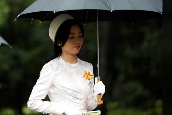 Hé lộ hình ảnh mới nhất của Nhật hoàng và vợ con trước lễ đăng cơ tại đền thiêng - Ảnh 8.