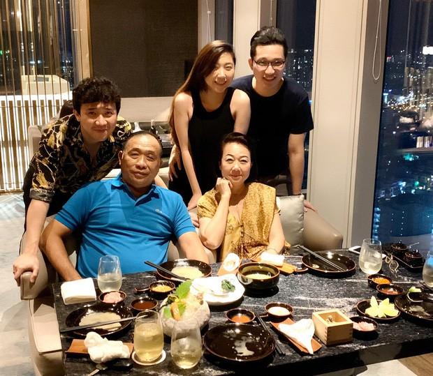Fan liên tục thắc mắc vì Hari Won lần đầu vắng mặt trong tiệc sinh nhật mẹ Trấn Thành - Ảnh 2.